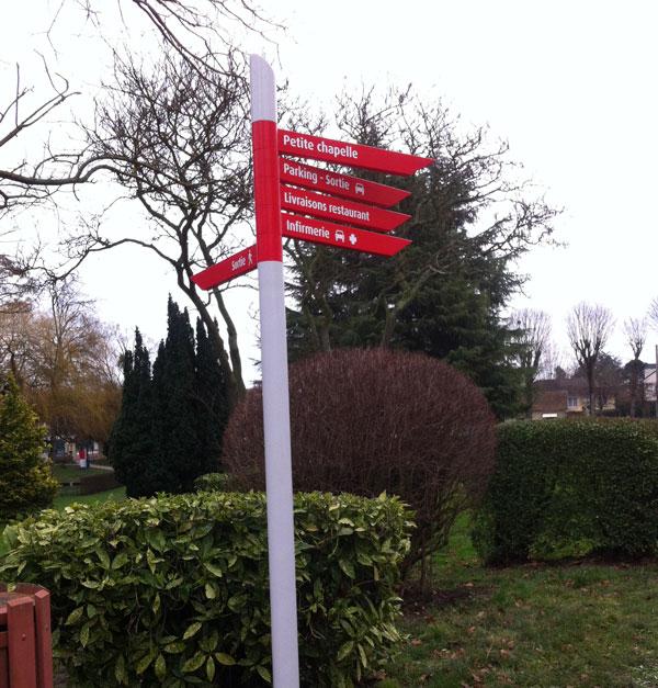 Panneau de signalisation dans une ville pour indiquer les informations aux passants