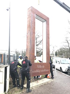 Image de la mise en place d'une signalétique touristique pour la ville de tremblay en france